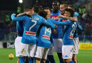 Serie A, Napoli demolisce Cagliari e vola a +4 sulla Juventus