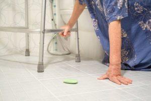 Nonna intrappolata in bagno per 3 giorni: salvata grazie a un vicino