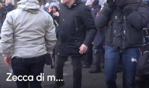 """Milano, manifestanti dei centri sociali provano a sfondare cordone. Poliziotto: """"Zecca di m..."""" VIDEO"""