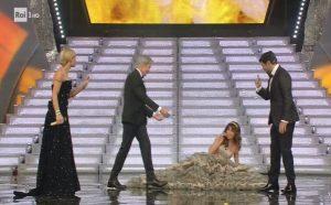 Sabrina Impacciatore inciampa e cade a Sanremo. La finale è da comiche