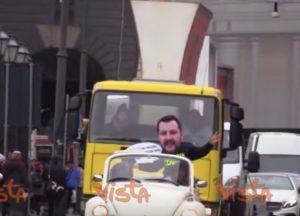 """A Napoli camion-manifesto con le frasi di Salvini: """"Ho detto che puzzate, ora voglio il vostro voto"""""""