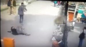 Scimmia dà un calcio in faccia a passante