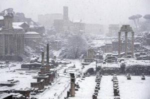 La neve sui Fori Imperiali (foto Ansa)