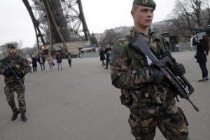 Leva obbligatoria torna in Francia: toccherà anche alle ragazze