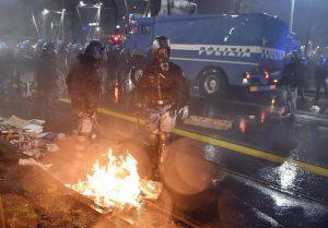 """Torino, nella guerriglia bombe con i chiodi contro la Polizia. Viminale: """"Volevano far male"""""""