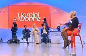 """Uomini e Donne, rissa Tina Cipollari - Gemma Galgani: """"Ti strozzo gallina!"""""""