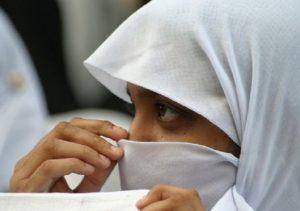 Padova, ragazza non vuole tenere il velo a scuola: genitori la tengono a casa