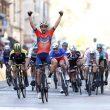 Vincenzo Nibali vince Milano Sanremo ealza pugni