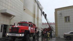 Vigili del fuoco in azione nel centro commerciale russo