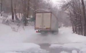 Camion slitta diverse volte su neve e ghiaccio con ruote posteriori