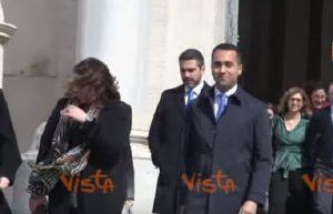 """8 marzo. Luigi Di Maio esce dal Quirinale. I giornalisti: """"Hai regalato la mimosa all Boschi?"""""""