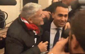 Luigi Di Maio assediato dalla telecamere: Enrico Lucci prova a baciarlo VIDEO