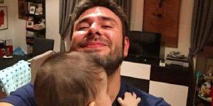 """Alessandro Di Battista alla Camera con compagna e figlio: """"Che bello non vedere più certe facce"""""""