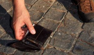 Un uomo ha trovato un portafogli con mille euro e lo ha restituito