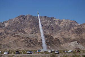 Mike Hughes lancia il suo razzo per dimostrare che la Terra è piatta