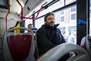 Roberto Fico a Montecitorio in bus. Bene, bravo, bis. Abbiamo risparmiato 15 euro. E se avesse dato il meglio di sé?