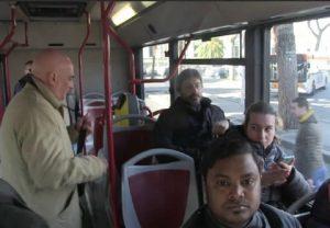 Roberto Fico seduto a bordo del bus