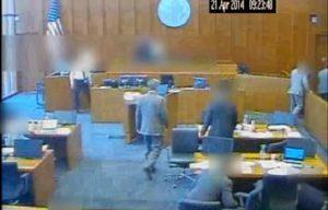 Gangster prova a uccidere testimone con una penna durante processo