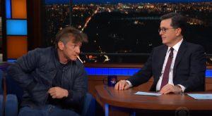 Sean Penn si accende una sigaretta durante l'intervista in tv
