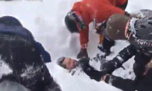 Snowboarder travolto da valanga: soccorritori scavano a mani nude VIDEO