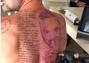 Gianluca Vacchi si tatua la sua faccia sulla schiena