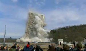 Edificio da 28 piani ed altro 100 metri si sbriciola in pochi secondi