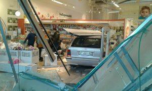 Bari, perde controllo auto e sfonda vetrina Prenatal al centro commerciale02