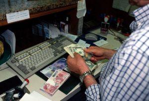 banca, dipendente conta i soldi