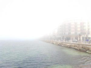 Bari, nebbia sul lungomare