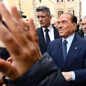 """Campobasso, Berlusconi a un ragazzino: """"Non mettere l'orecchino. Mica sei una bambina"""""""