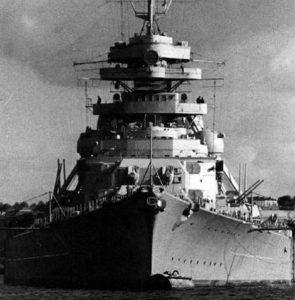 Bismarck, l'affondamento della nave nazista. Le foto dei marinai tedeschi in mare