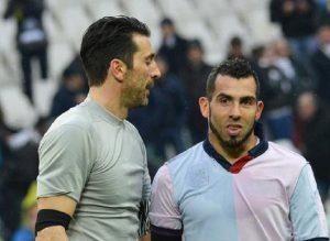 Gianluigi Buffon e Carlos Tevez (foto Ansa)