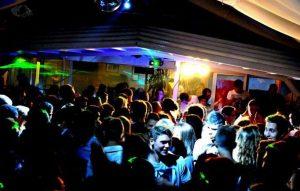Genova: esce dalla discoteca ubriaco, si sporge da un muretto, precipita per 10 metri e muore