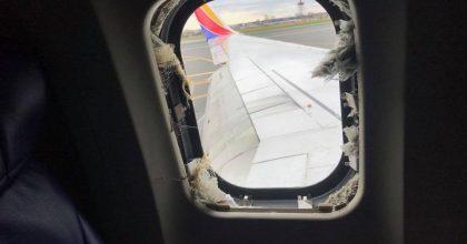 Il finestrino dell'aereo rotto