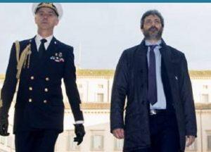 """Roberto Fico sfila davanti ai militari con la giacca sbottonata. Il Giornale: """"Caduta di stile"""""""