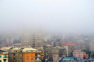 """Genova avvolta dal """"caligo"""", la nebbia del mare"""