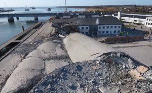 Silo di cemento cade sul lato sbagliato e distrugge parte di una biblioteca