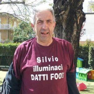 """""""Silvio illuminaci, datti fuoco"""". Polemiche sulla t-shirt indossata da un prete nel pisano"""