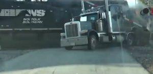 Tir bloccato sui binari, conducente riesce a fuggire