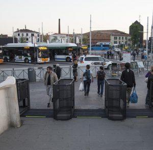Venezia, attivati i tornelli per deviare i troppi turisti