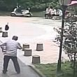 Cina, colpito da una padella in strada 17 punti di sutura in testa