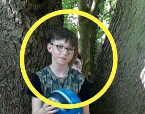 Il mistero della FOTO sotto l'albero: cosa tocca la spalla al bambino3