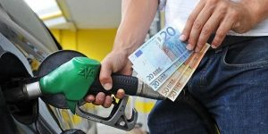 Benzina ancora su nel weekend: prezzo medio (1,63 euro al litro) punta 1,7