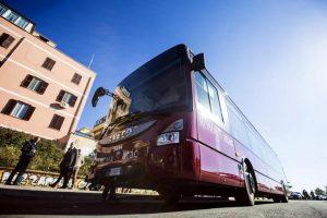 Roma, aggressione su bus: insulta autista e rompe vetro ferendo ragazzo