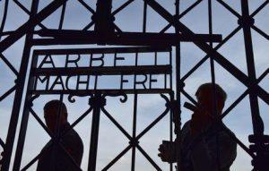 Nazismo: affamato fino a perdere i denti, picchiato e sodomizzato. La storia di un ebreo a Dachau
