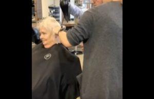 Taglia capelli la moglie