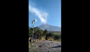 Indonesia, vulcano si risveglia all'improvviso: turisti costretti a scappare