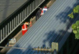 Germania, paura sul treno: armato di coltello ferisce 2 persone. Polizia spara e lo uccide