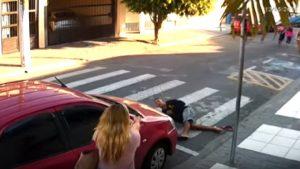 Rapinatore pistola mamma Brasile