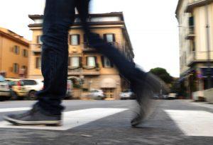 Spinea (Venezia): aspettano le auto prima di buttarcisi sotto. Il gioco idiota dei bulletti
